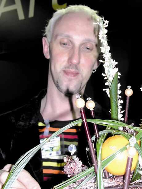Il floral designerDominique Kwiatek all'opera