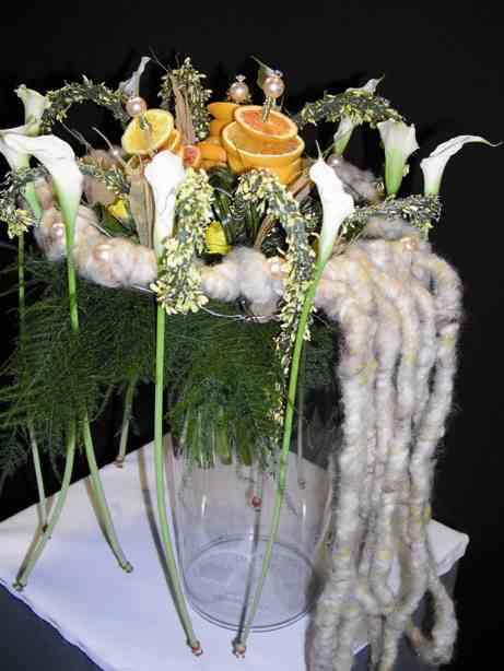 Stoffa, aghi di pino, frutta e fiori