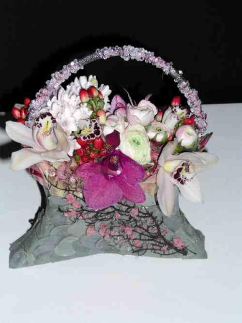 Cesto-borsetta straripante di fiori