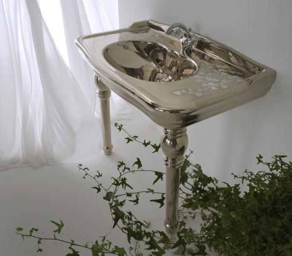 Motivi floreali anche sui lavabi, nella linea Texture di Olympia Ceramica