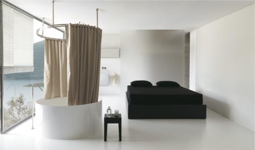 Anche per Colacril il bagno è protagonista della casa. In foto la vasca con tenda Charlotte