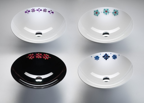 Fiori applicati sui lavabi: è la collezione Chic di BMood. I decori sono fatti a mano con pietre in resina