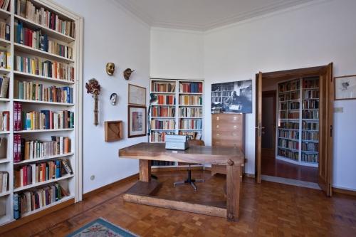 La casa museo alberto moravia casa design for Arredare lo studio di casa