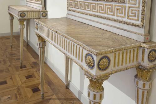 """Coppia di consolles in legno laccato e dorato. Sono esposte dalla """"Galleria Antiquaria Cantore"""" di Modena. Genova; fine del XVIII secolo."""