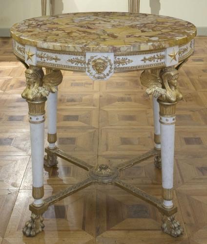 Tavolo di manifattura lucchese, inizio del XIX secolo, legno intagliato, dipinto e dorato, piano in marmo. Cm 80x80
