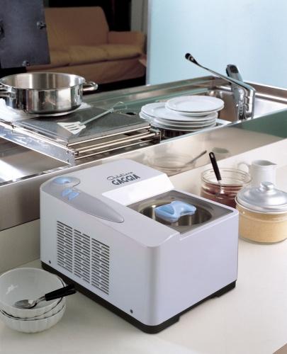 Gelatiera Gaggia è un prodotto professionale in quanto è dotata di compressore. Prepara in30 minutida 600 a 1000 grammi di gelato. 269 euro