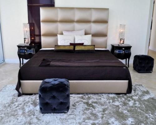 La camera da letto: Fendi Casa ha scelto eleganti arredi, abbinando colori neutri come l'avorio e il ghiaccio al blu, nero<BR>e viola