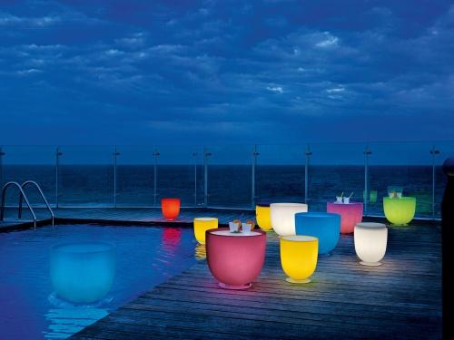 Campanone di Modoluce è pouf, tavolino e luce insieme. In tanti colori, dal bianco al rosa, dal giallo al fucsia. Da 336 euro