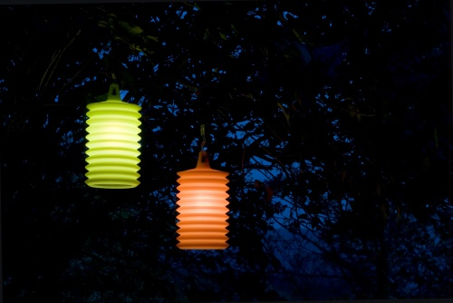Lampion di Rotaliana: si aggancia per illuminare dove serve. Il diffusore è in silicone colorato
