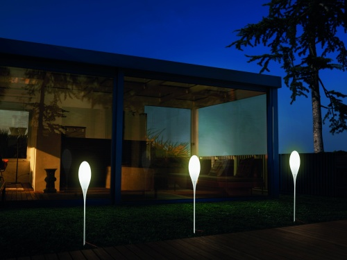 Spillo di Kundalini con picchetto e a sospensione permette di creare delle suggestive composizioni luminose. 456 euro