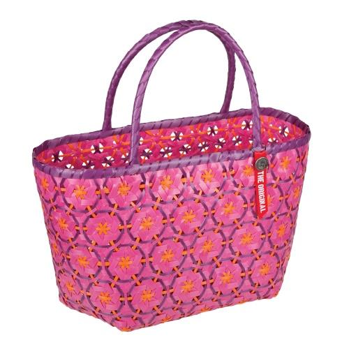Lavorata a mano da donne artigiane asiatiche, la borsa di Maiuguali può essere utilizzata anche in casa come portariviste