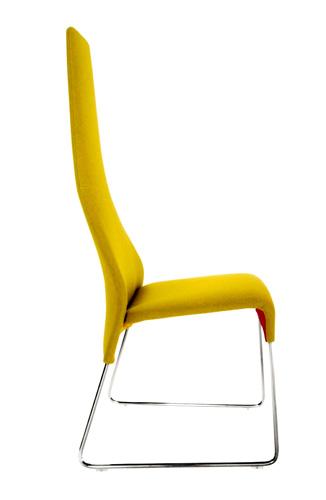Schienale alto e rivestimento monocolore in tessuto per Lazy, sedia di B&B Italia nata da un?idea della designer Patricia Urquiola 343 euro (scontata del 40%) da Cavallini 1920 a Varedo - DeClub