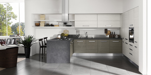 Da Aran, una cucina disposta su due lati: a parete e a banco. Così si risolve il problema della separazione/divisione cucina-living