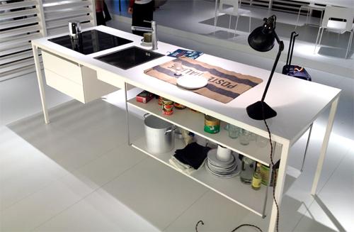 """Un unico piano su cui lavorare, studiare, mangiare e perché no anche cucinare. Da Desalto, Helsinki: <span class=""""standardText"""">il nuovo bancone Kitchen-Office, a giorno,  con cassetti, dotato di una piastra a induzione. Attenzione agli schizzi<br></span>"""