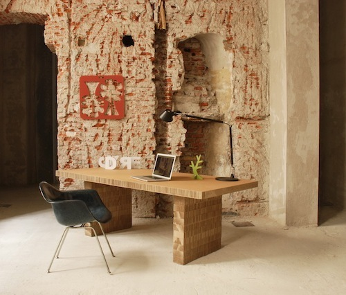 Il tavolo Dynamo Table - di Nicoletta Savioni e Giovanni Rivolta per A4Adesign - è in cartone alveolare riciclato e riciclabile. Disponibile anche nella versione ignifuga