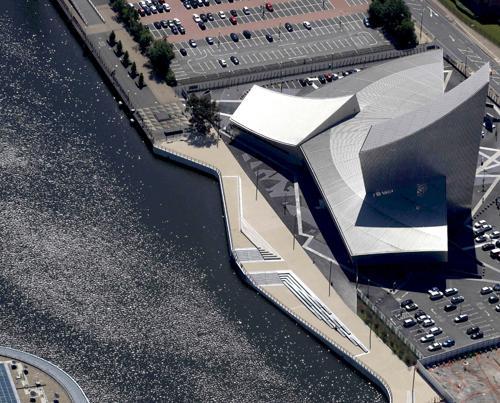 La passerella Trafford Wharf Promenade di Manchester di Peter Fink +FoRM Associates, Giffords