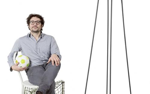 Emanuele Magini,nato ad Arezzo nel 1977, si laurea al Politecnico di Milano. Realizza per Campeggi prodotti dai tratti ludici e multifunzionali
