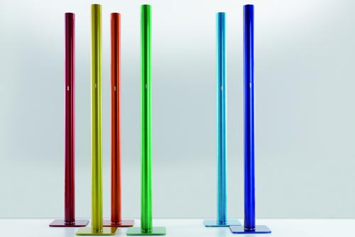 """Un """"tubo"""" in alluminio colorato alto 1 metro e 75 centimentri: è Ilio,  disegnato da Ernesto Gismondi, patron di Artemide. A led, costa 726 euro"""