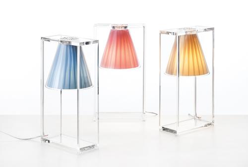 Da Kartell, Light Air di Eugeni Quillet: in tecnopolimero termoplastico  trasparente, mentre il diffusore è rivestito in tessuto plissè. Costa  156 euro