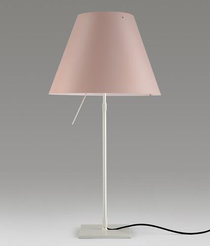 Costanza, la lampada da tavolo di Luceplan, nei nuovi colori pastello. La versione in cipria costa 380 euro