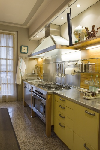 La cucina gialla di Davide Oldani, luminosa e super attrezzata. La cucina deve essere pratica», commenta il padrone di casa, «e tutto deve contribuire ad aiutarti. Ogni dettaglio va studiato: la cappa, per esempio, l'ho fatta realizzare su misura