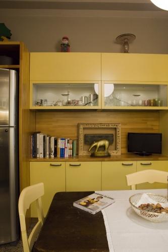 Un dettaglio della cucina. In fondo, il Tapiro d'oro, consegnato da <EM>Striscia la notizia</EM> allo chef