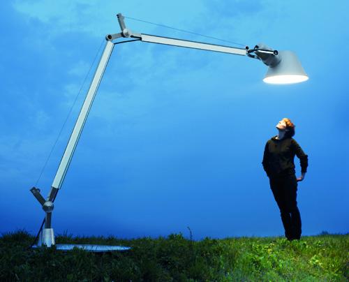 Tolomeo, la luce da tavolo di Michele De Lucchi e Giancarlo Fassina per Artemide, si fa gigante e diventa Tolomeo XXL. Alta 2,57 metri, anche outdoor