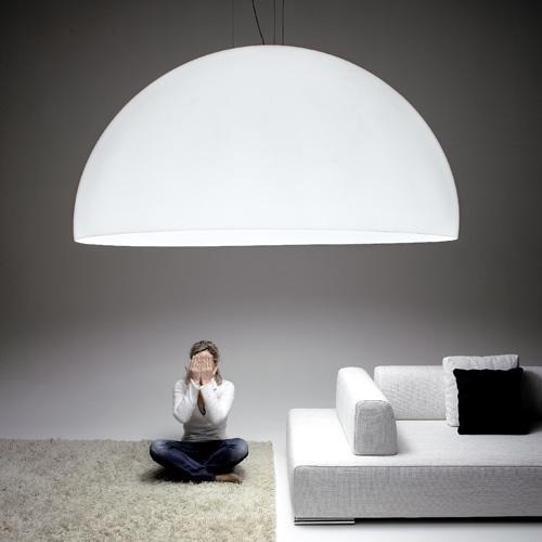 Il suo diametro è di 1,85 metri: è Ociu, la maxilampada a sospensione di Zava. Ideata da Franco Zavarise, in metacrilato bianco o nero con dettagli in alluminio