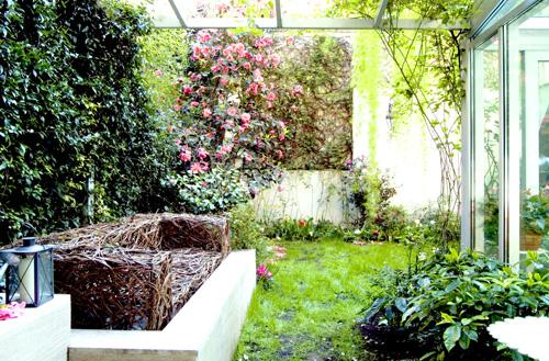 Un salotto davvero originale: disegnato dalla nostra paesaggista Patrizia Pozzi, il divano in salice intrecciato è prodotto da Salix di Anna Patrucco<br><strong>www.salicintrecciati.it</strong>