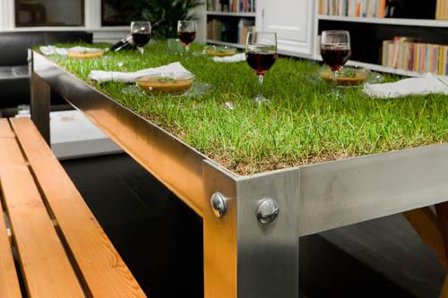 Il picnic è servito, comodamente in salotto: con PicNyc Table dell'architetto tedesco Haiko Cornelissen, un tavolo in alluminio che contiene terreno e il sistema di drenaggio per far crescere il manto erboso<br><strong>www.haikocornelissen.com</strong>