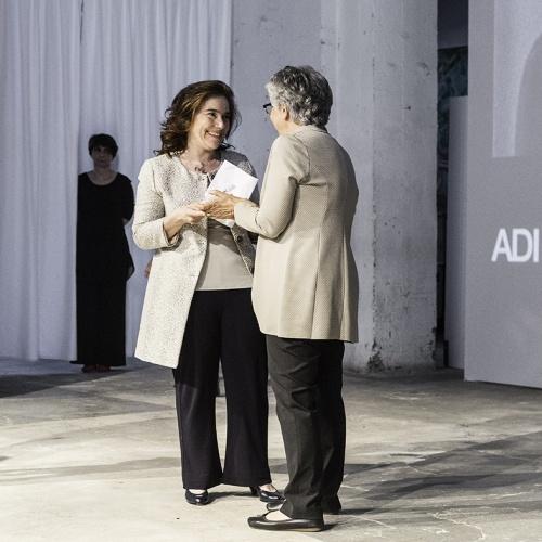 La figlia di Alessandro Mendini, riceve il premio Compasso d'Oro alla carriera per il padre, in viaggio