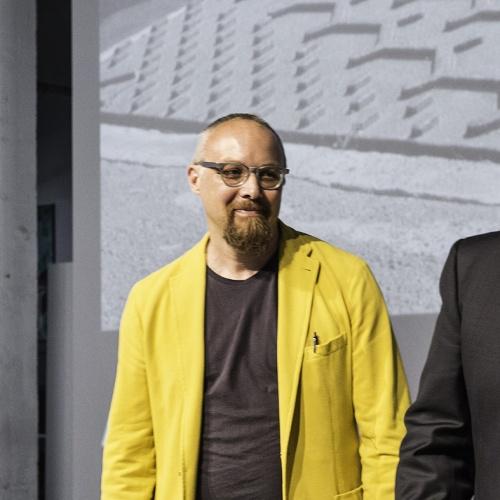 Giacca gialla per Giulio Iacchetti: il designer riceve il premio Compasso d'Oro per Sfera, il tombino disegnato insieme a Matteo Ragni
