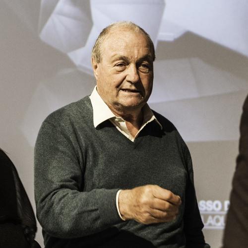 Ernesto Gismondi, titolare di Artemide, riceve il premio Compasso d'Oro per la collezione di lampade disegnate dallo stilista Issey Miyake