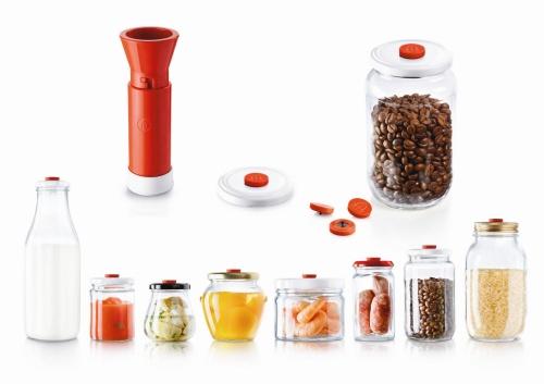 <STRONG>Takaje Vacuum Seal<BR></STRONG>Designer: Adriano Design<BR>Azienda: Facem<BR>Permette di riutilizzare qualunque contenitore di vetro, nuovo o usato, trasformandolo in contenitore per il vuoto, purché provvisto di coperchio di metallo.