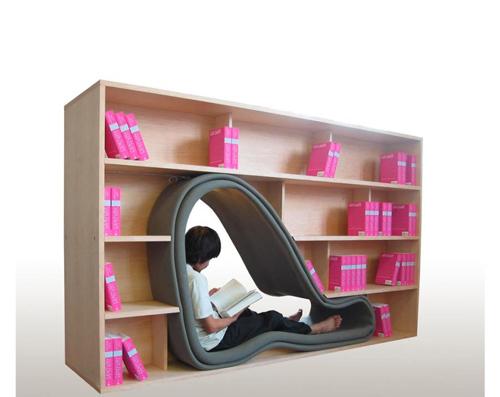 Case piccole, tanti libri e amici che amano leggere. Niente paura, c'è la libreria Cave, ideata dalla giovane giapponese Sakura Adachi. Un talento nelle invenzioni salvaspazio