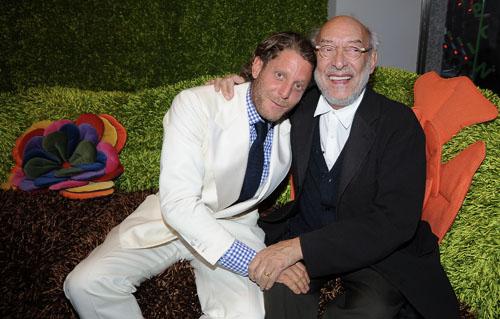 Gaetano Pesce con Lapo Elkann, in occasione del Salone del mobile 2010. Collaborano entrambi con Meritalia