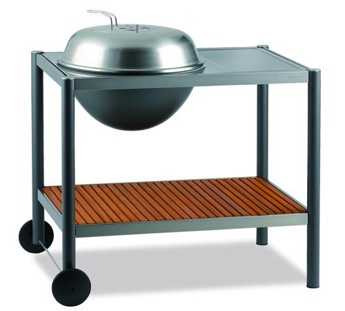 Integrato in un pratico carrello su ruote, il barbecue a carbone dell'azienda danese Dancook. Ha un piano di appoggio e una griglia di 58 cm di diametro. 490 euro, in vendita su isignoridelbarbecue.com