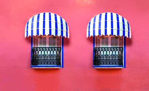 Le tende a capottina Arquati sono adatte per i piccoli balconi, arredano e riparano da sole e pioggia. In tanti colori e fantasie, da coordinare con la casa