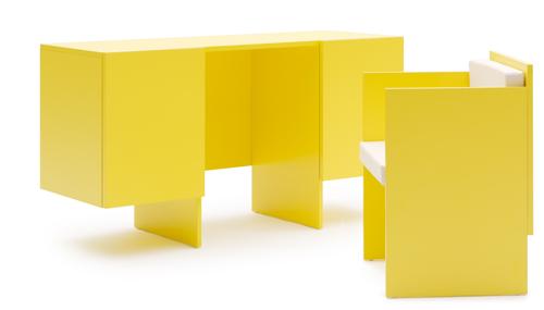 Chiusa è una madia con tanto di cassetti. Poi basta estrarre la sedia, che Home Work si trasforma in una scrivania. Di Sakura Adachi per Campeggi