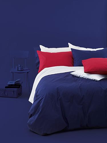 Indaco e rosso fragola per il set di federe, lenzuola piane, lenzuola con angoli e copripiumone
