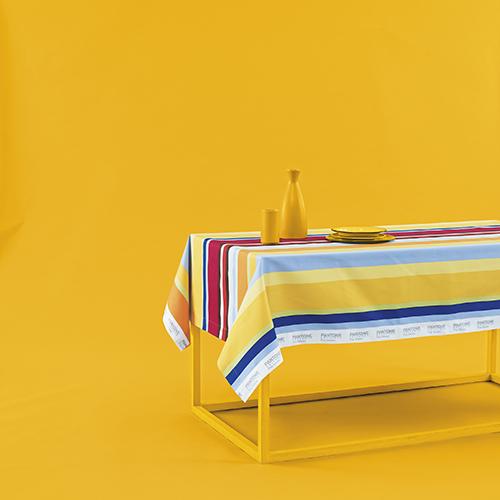 Tovaglia Pop Stripe con motivo a bande multicolore nella versione cromatica calda (disponibile anche con toni freddi)