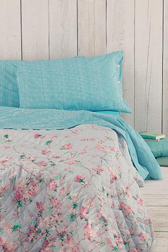 Completo di lenzuola con motivo millerighe abbinato a copriletto con disegno floreale, di Zucchi Easy Chic