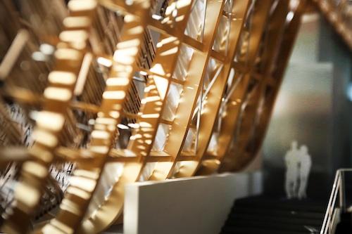 """""""Terra di speranza, cibo per la vita"""" è il tema del padiglione Cina. La grande potenza economica mondiale è per la prima volta presente a un'esposizione universale con un padiglione self-built, e partecipa con una struttura caratterizzata da un'imponente copertura in bambù, flottante, formata da migliaia di listelli tutti diversi tra loro, su un'area di 4.590 metri quadrati. Il team di progettisti, capitanato dallo studio Link-Arc, racconterà l'opera venerdì 20 marzo al Made expo di Milano-Rho"""