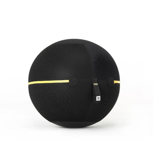 Wellness ball active sitting di Technogym permette di muoversi costantemente anche quando è si seduti in ufficio o in casa