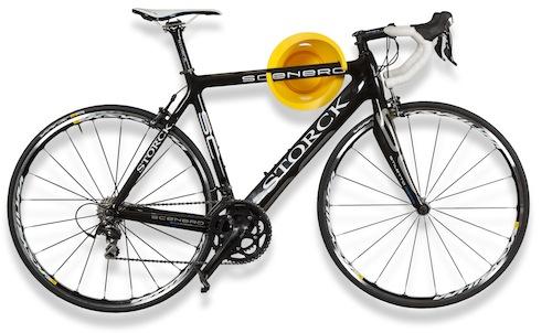 Solo si Cycloc, in polietilene, si fissa a parete e può reggere la bicicletta in verticale o orizzontale (84 euro, www.cycloc.com)