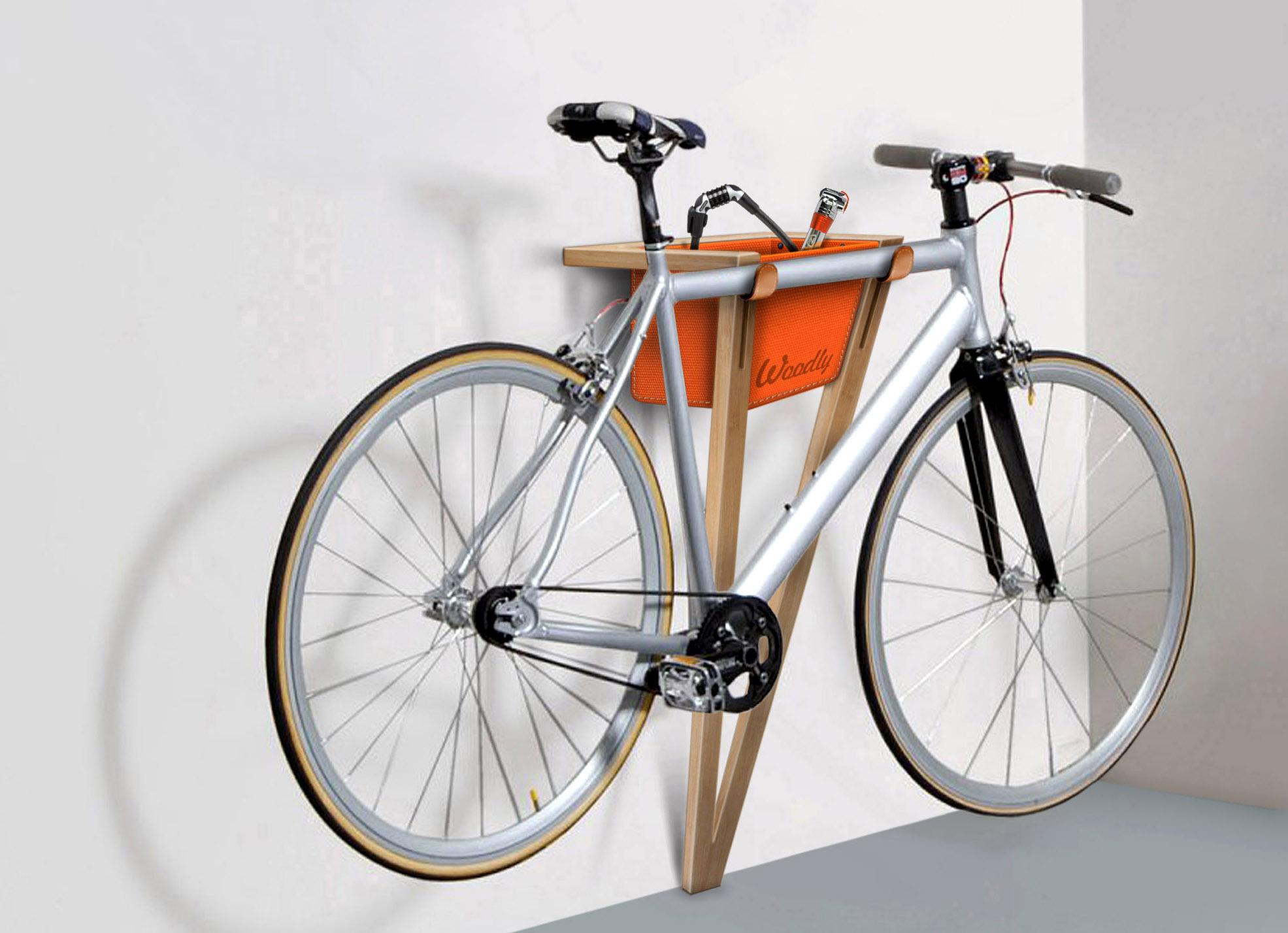 FrogII du Woodly è un supporto per bici di legno con vani in tessuto (prezzo su richiesta, woodly.it)