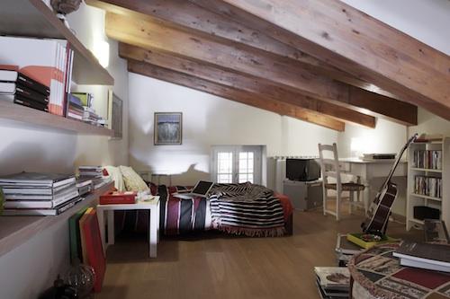 Al piano di sopra, una stanza mansardata per gli ospiti. Dove ama scrivere. Qui è nata Blu, traccia del suo ultimo album Naif