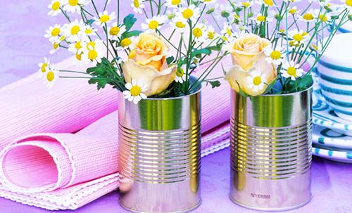 Barattoli di latta trasformati in vasetti per i fiori