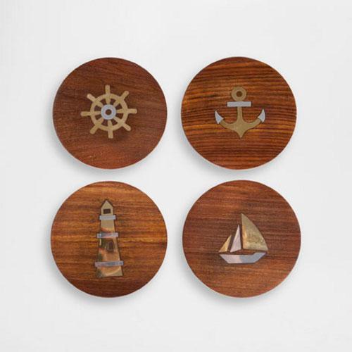 Anche Zara Home riprende il tema del mare ispirandosi a porti e barche. Set di quattro sottobicchieri 15,99 euro