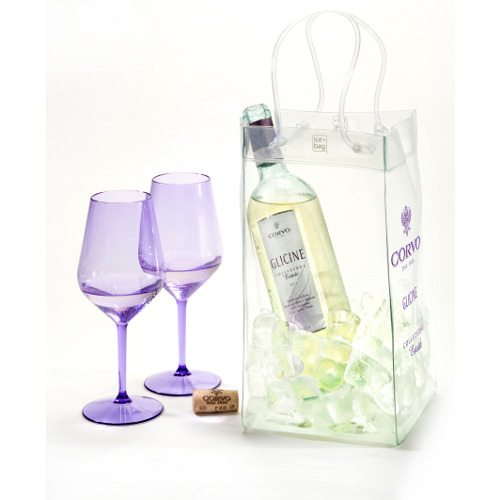"Per un aperitivo itinerante il kit di Corvo in collaborazione con Schoenhuber. La confezione contiene: una nuova etichetta in edizione limitata ""Glicine collezione estate"", la Ice bag® in Pvc, un cavatappi e due calici Quattrogradi color glicine in tritan (un materiale infrangibile). Costa 25 euro circa"